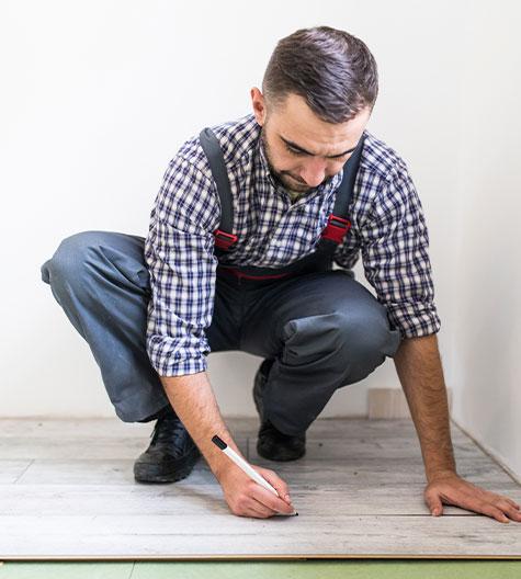 Homem medindo pisos vinílicos